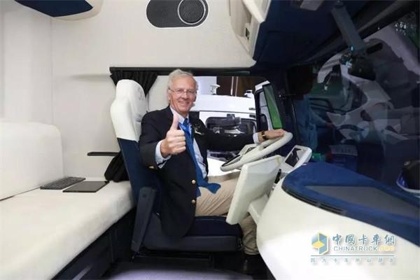 国际年度卡车评委会主席Gianenrico Griffini先生试乘新一代东风天龙概念车