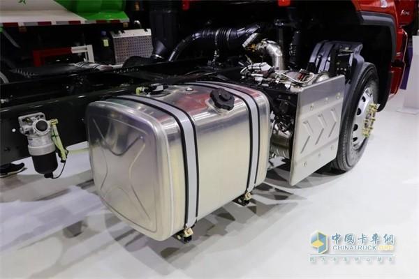 乘龙H5高顶双卧快递车采用铝合金油箱