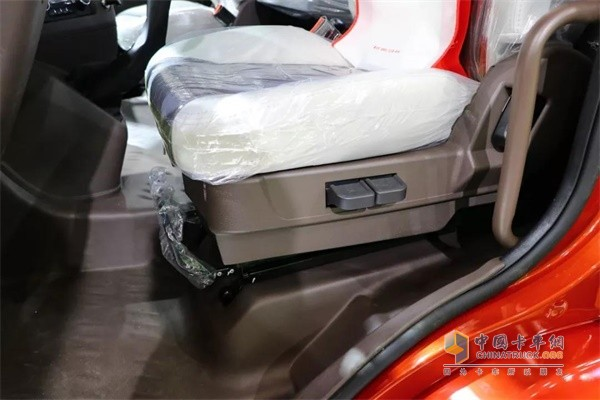乘龙H5高顶双卧快递车舒适性高