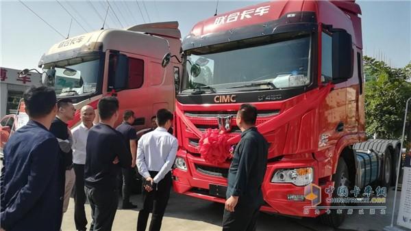 活动开始前,嘉宾现场了解联合卡车产品