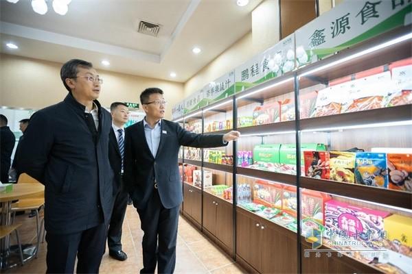 福田汽车集团党委书记、总经理巩月琼一行人先后参观了顺鑫控股旗下鹏程食品分公司以及创新食品分公司的生产与包装车间,
