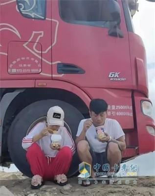 联合卡车两人相伴,简单的泡面也是美味