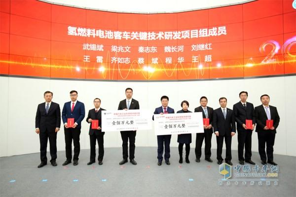 张夕勇、巩月琼为获奖技术团队颁发200万元奖励