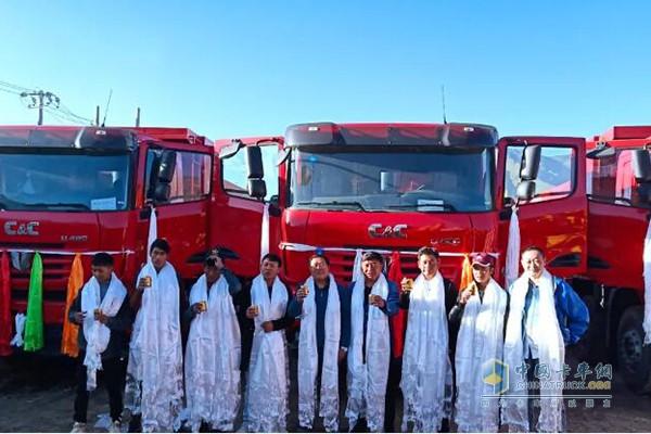 西藏用户与配备YC6K发动机联合卡车工程自卸车合影