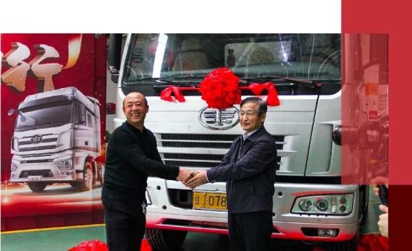 解放销售公司副总经理胡晓冬与车主共同登台开启赠车仪式