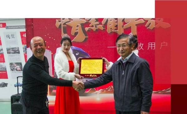 解放销售公司副总经理胡晓冬与车主史锋一同上台一起制作手模留念