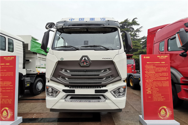 豪瀚N7G 6×4 LNG牵引车