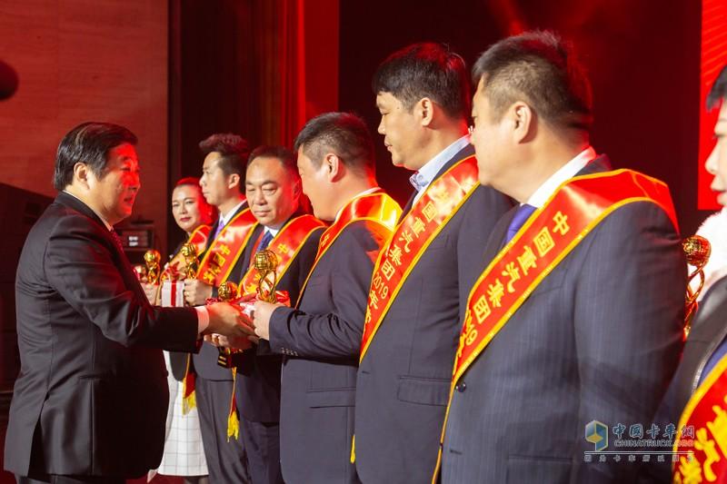 谭旭光董事长为中国重汽集团营销功臣奖颁发奖章
