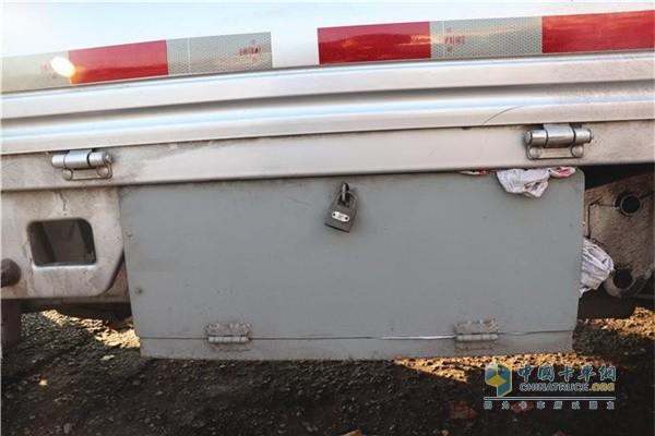 祥菱物流之星刘精刚还在底盘左侧焊装了一个单独的工具箱