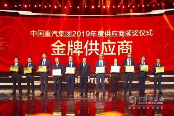 中国重汽集团党委书记、董事长谭旭光为玲珑轮胎(左四)颁奖