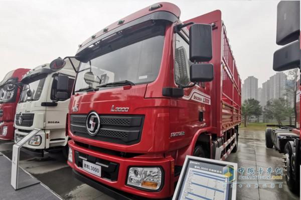 搭载玉柴YCS06270的国六仓栅载货车;