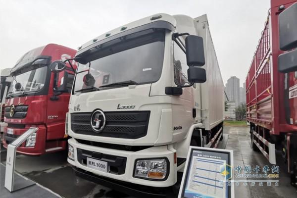 搭载玉柴YCK05240国六发动机的德龙L3000厢式载货车