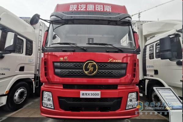 搭载康明斯X12国六动力的德龙X3000 8x4绿通版仓栅载货车