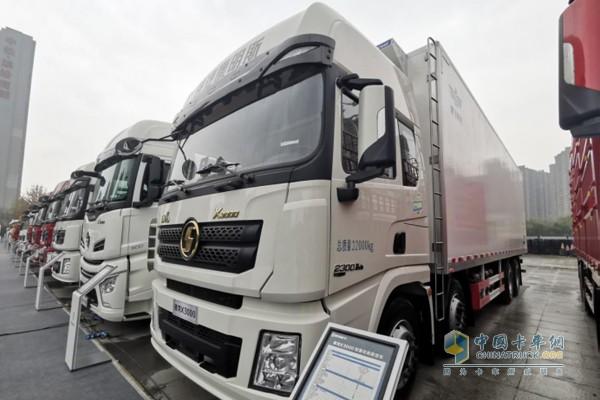 搭载康明斯X12国六动力的德龙X3000 8x4轻量化厢式载货车;