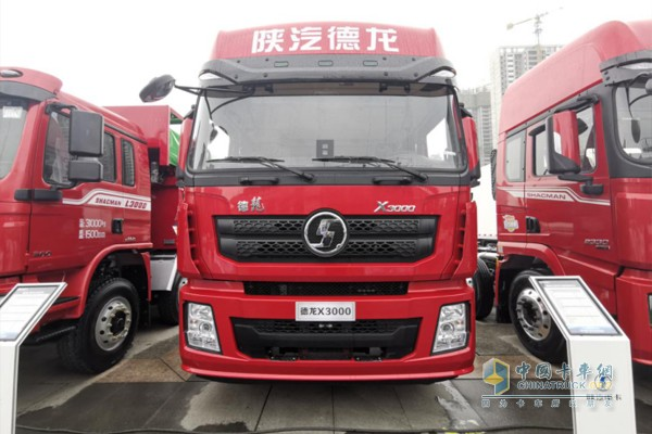 德龙X3000绿通版8X4载货车,搭载潍柴WP10H发动机,400马力输出,1900N·m最大扭矩,同样是空气悬架配置;