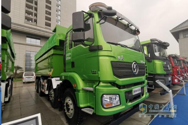 搭载康明斯X12动力的新M3000城建标准版国六渣土车,发动机排量11.8L,功率输出385马力,扭矩2000N·m。