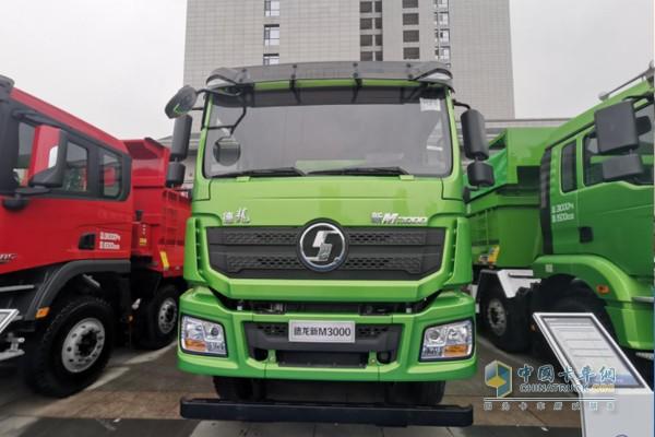 搭载潍柴WP10H国六发动机的新M3000城建标准版自卸车,排量9.5L,375马力输出,最大扭矩1800N·m。