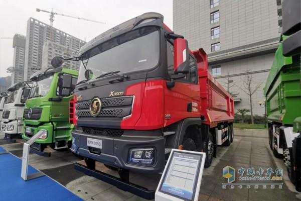 搭载康明斯ISM11国五发动机,排量10.8L,最大功率385马力,最大扭矩1900N·m。
