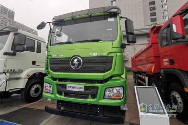 德龙新M3000国六LNG标准版渣土自卸车,430马力输出,罐体容积500L。
