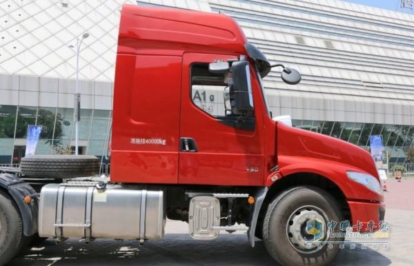 乘龙T5采用国内首创的龙骨框架结构驾驶室