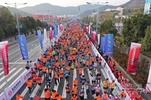 现场近万名参赛选手一齐奔跑的画面形成一道亮丽的风景线