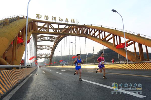 参赛选手途径美丽的郧阳汉江大桥