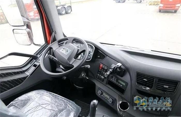 解放新J6P6x4质惠版牵引车驾驶舒适