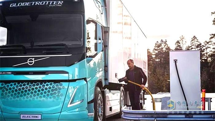 沃尔沃电动概念卡车充电中