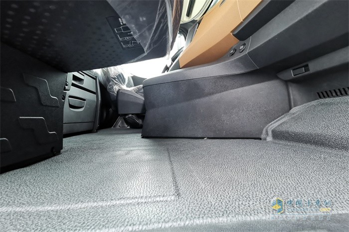 陕汽德龙X6000换挡杆从地板移动到了中控台上,实现了真正的平地板
