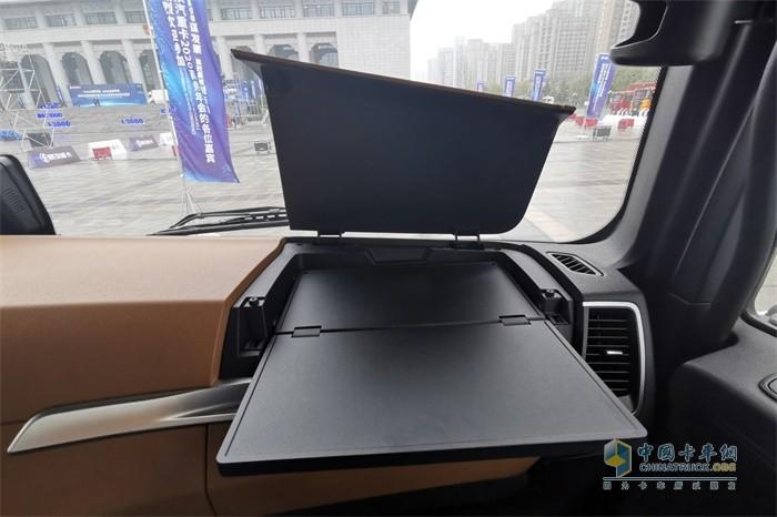 陕汽德龙X6000副驾驶前方设有一个隐藏的折叠小桌板
