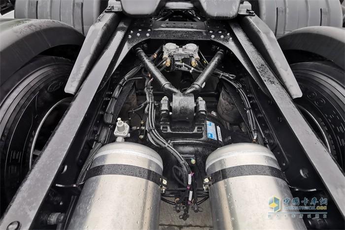 陕汽德龙X6000整车的储气筒、干燥罐布置在了车架内侧
