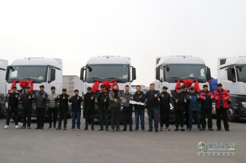 10台奔驰新Actros牵引车交付博岩冷藏,这已经是博岩冷藏两年内第4次采购奔驰卡车,累计拥有22台奔驰卡车。