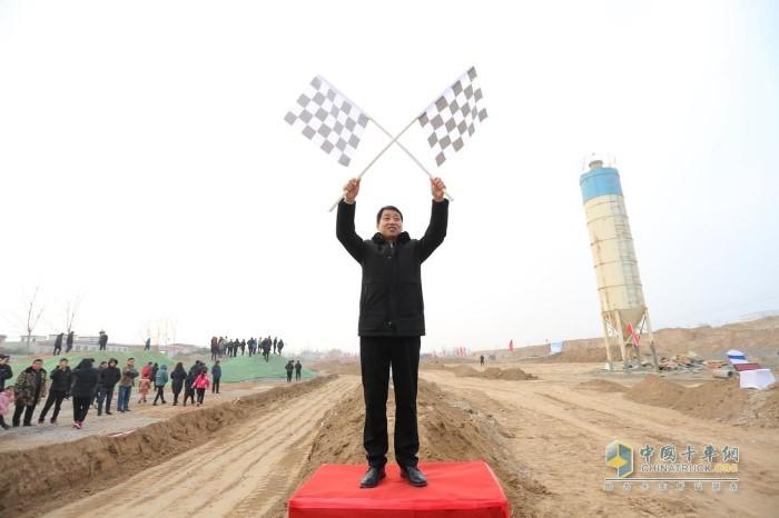 陕重汽销售公司副总经理张文博为比赛发车