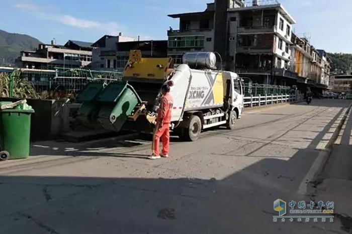 徐工压缩式垃圾车在福建作业