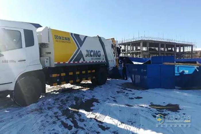 徐工压缩式垃圾车在新疆作业