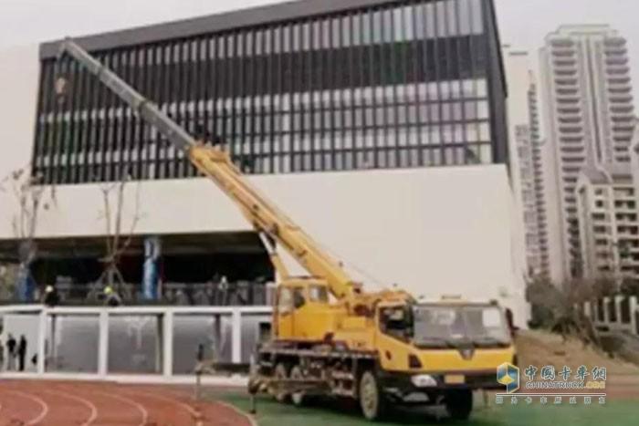 康明斯助力柳工20吨至50吨挖掘机和25吨位起重机在施工现场