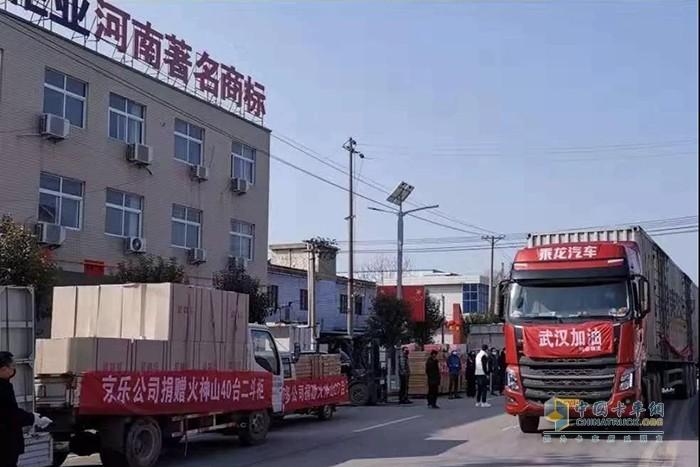 满载文件柜的乘龙汽车驶离洛阳,奔赴武汉