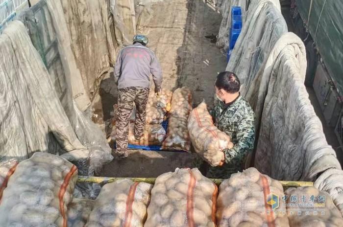 """跨越1600公里,送上33吨土豆,李小军和欧曼EST的""""逆行者""""之旅"""