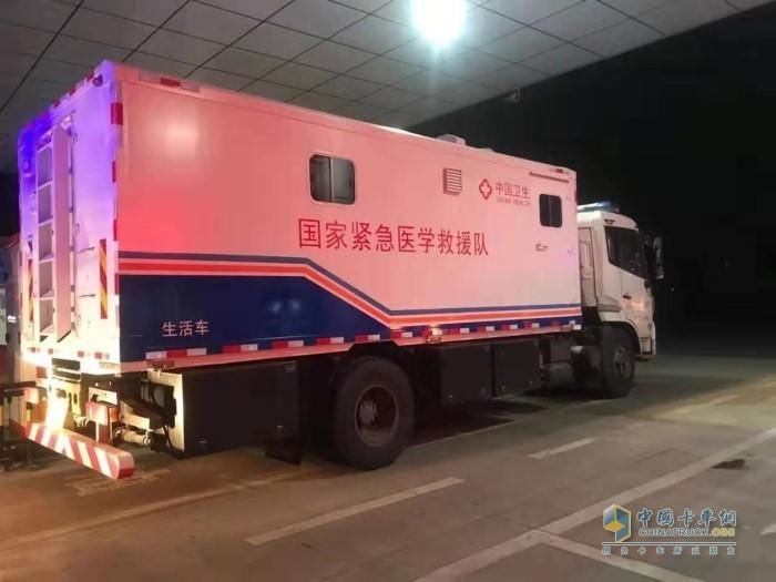 国家紧急医学救援队车辆在江苏高速石油荷叶山加油站免费加注可兰素车用尿素