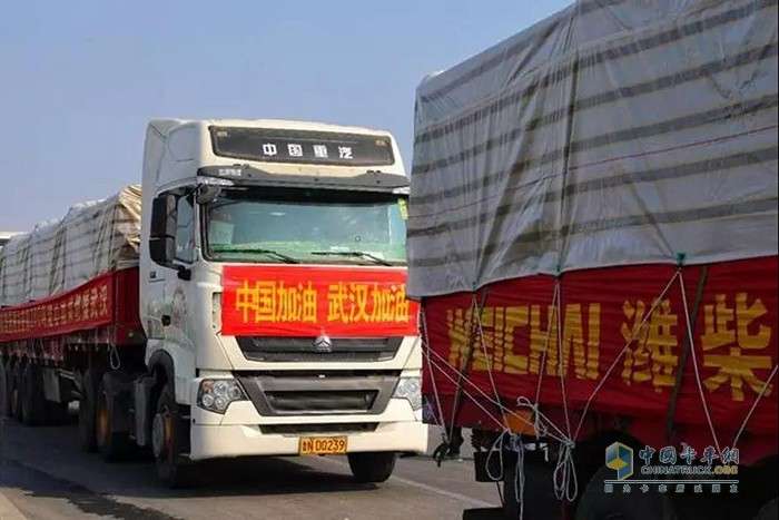 """中国重汽车队将潍柴动力捐赠的200吨""""爱心菜""""运抵武汉"""