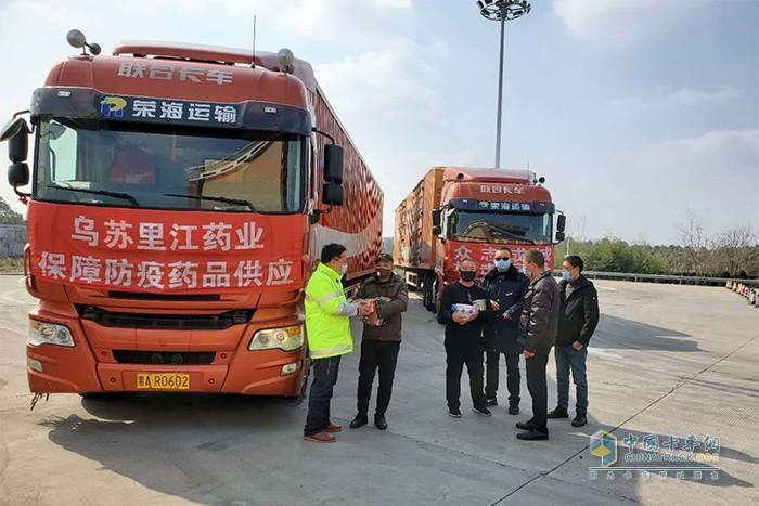 荣海运输联合卡车驰援车行驶在路上