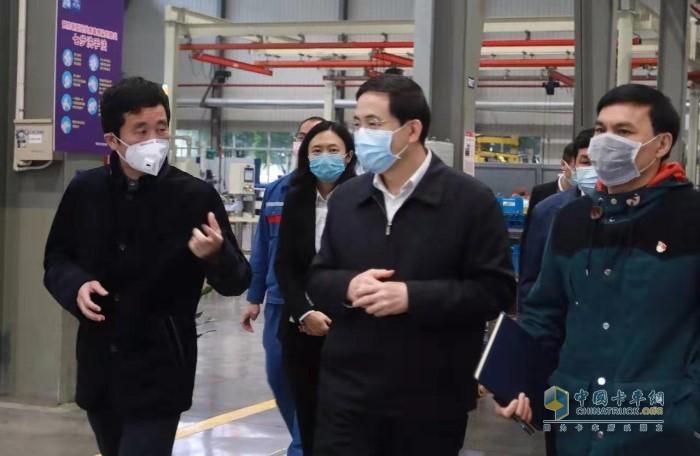 玉柴集团董事长晏平向黄海昆(前排中)介绍玉柴复工后的疫情防控工作