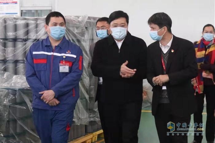 韦韬(前排中)到华原股份车间检查指导企业复工后的疫情防控工作