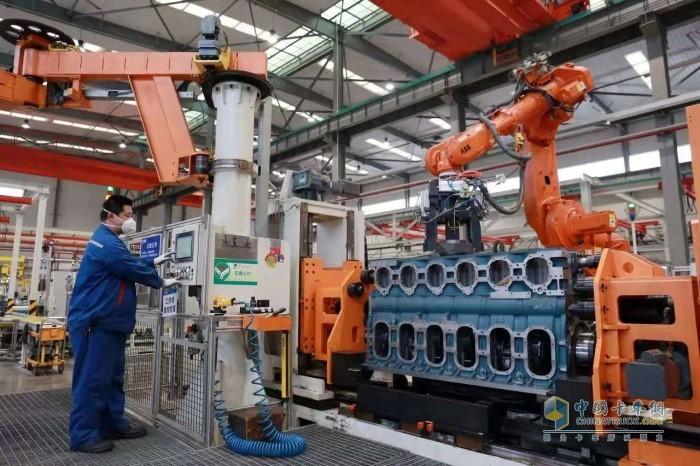玉柴建设者操作机器人装配连杆