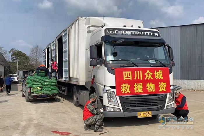 60多名志愿者完成了两台车合计50吨蔬菜的采摘、打包、装车工作