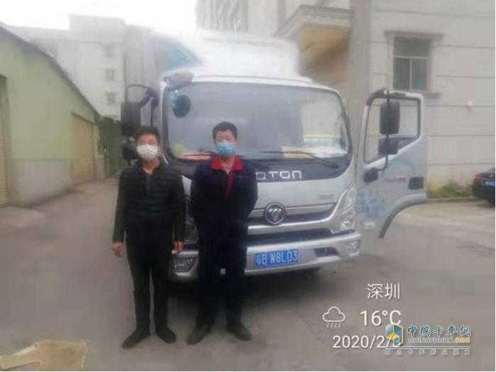 粤BW8L03的奥铃车主与奥铃服务人员合影