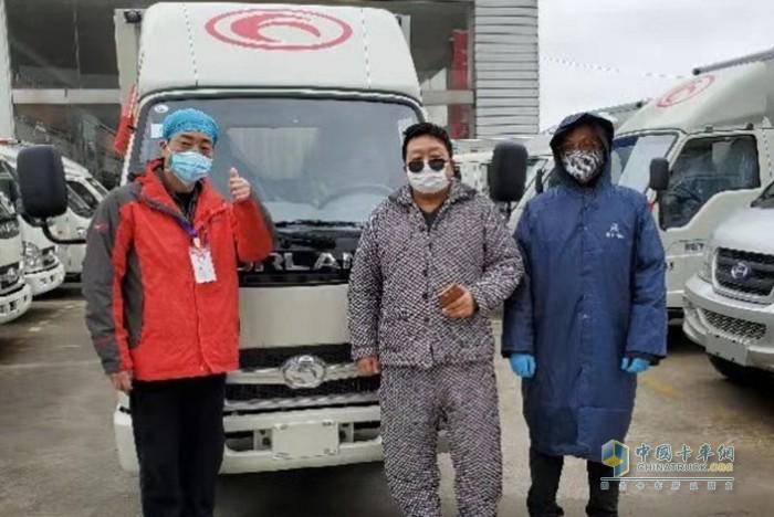 王汉生(图右)与红十字会医院代表合影