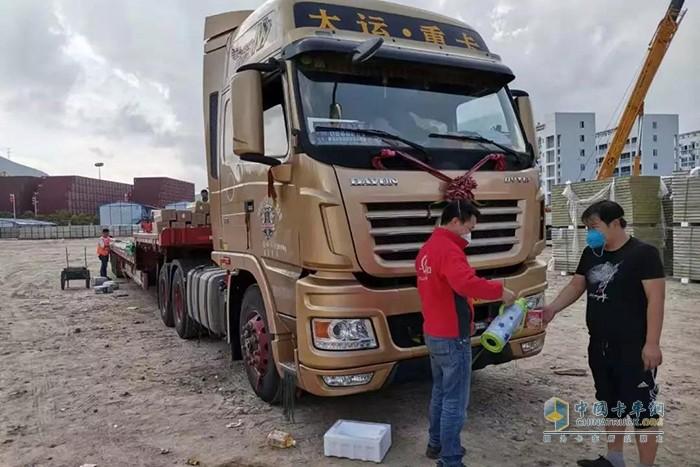 惠州广和维修车辆并送上食品