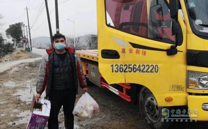 潍柴服务人员第一时间赶赴车辆受困地,并为司机送去了食物