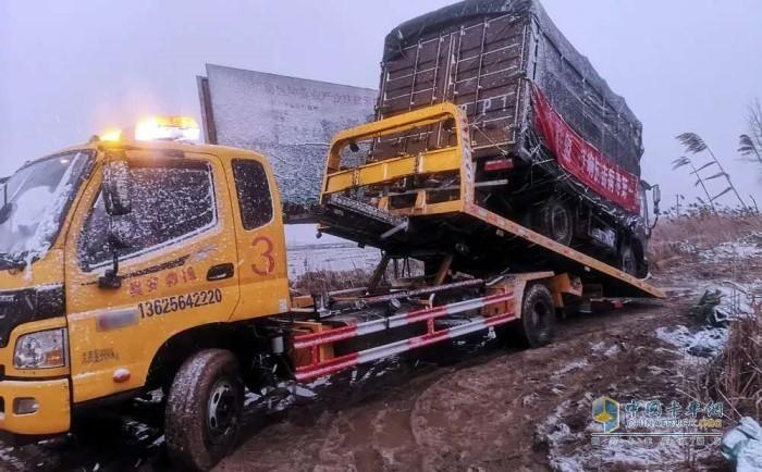 受困车辆和司机顺利抵达潍柴服务站
